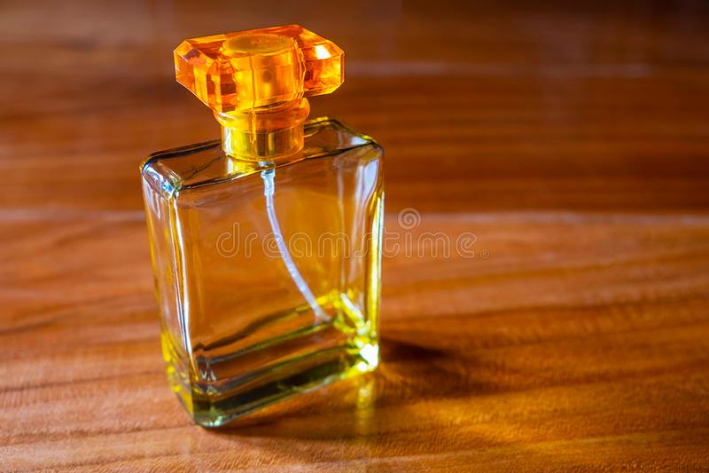 Perfume em uma garrafa dourada bonita foto de stock
