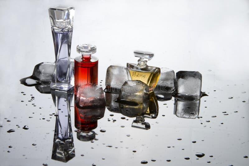 Perfume em uns frascos pequenos imagem de stock royalty free