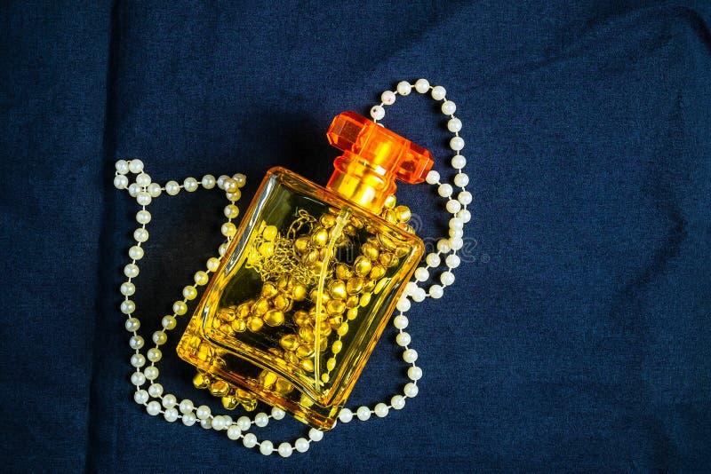 Perfume las botellas y las fragancias con joyería hermosa fotos de archivo