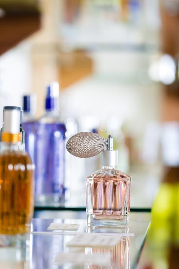 Perfume na drograria ou na loja imagem de stock royalty free