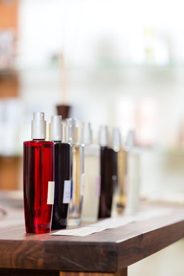 Perfume na drograria ou na loja imagens de stock