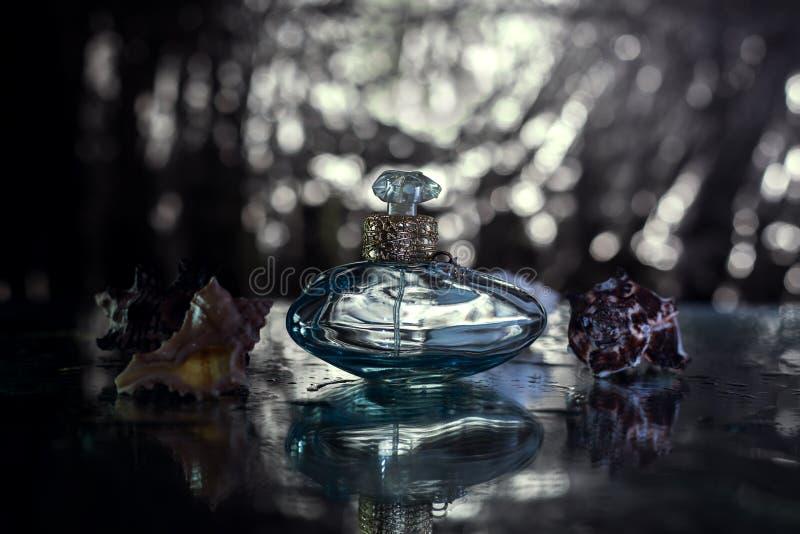 Perfume na garrafa azul bonita imagem de stock