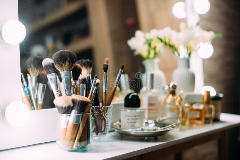 Perfumería y cosméticos en un tocador con un espejo fotos de archivo libres de regalías