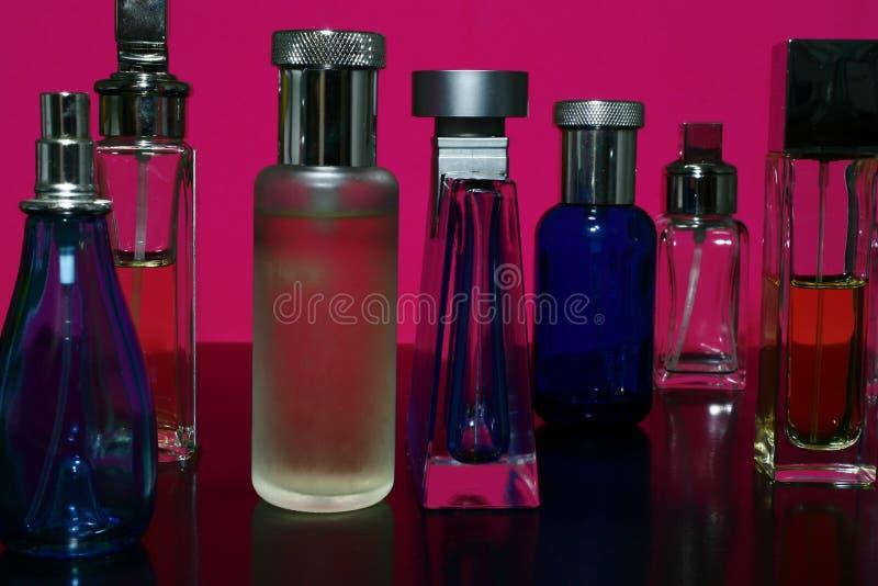 Perfumes e frascos das fragrâncias imagens de stock royalty free