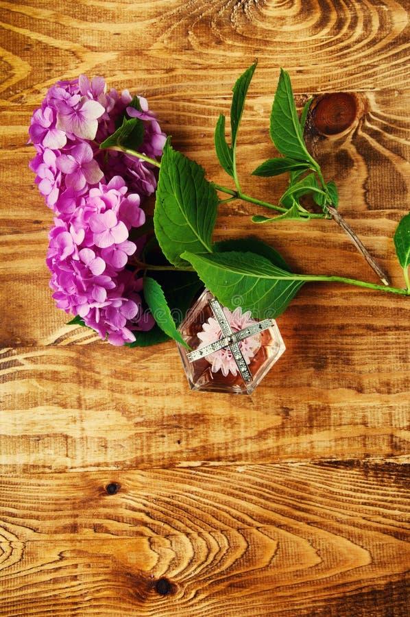 Perfumes e fundo de madeira da hortênsia imagem de stock royalty free