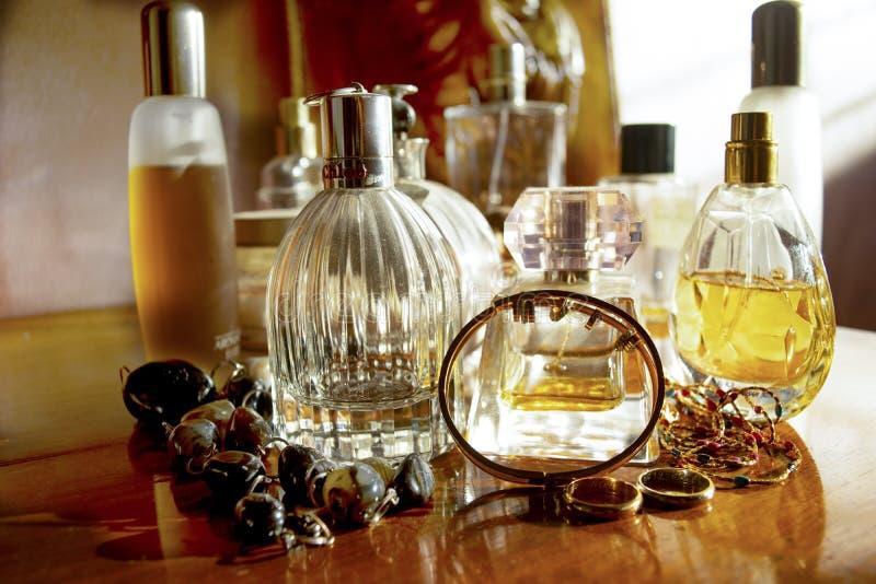 Perfumes y joyas de familia imagenes de archivo