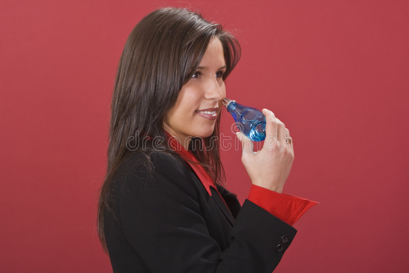 perfumme μυρίζοντας γυναίκα στοκ εικόνες