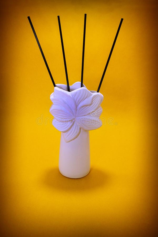 Perfumowi kije w wazie zdjęcie royalty free