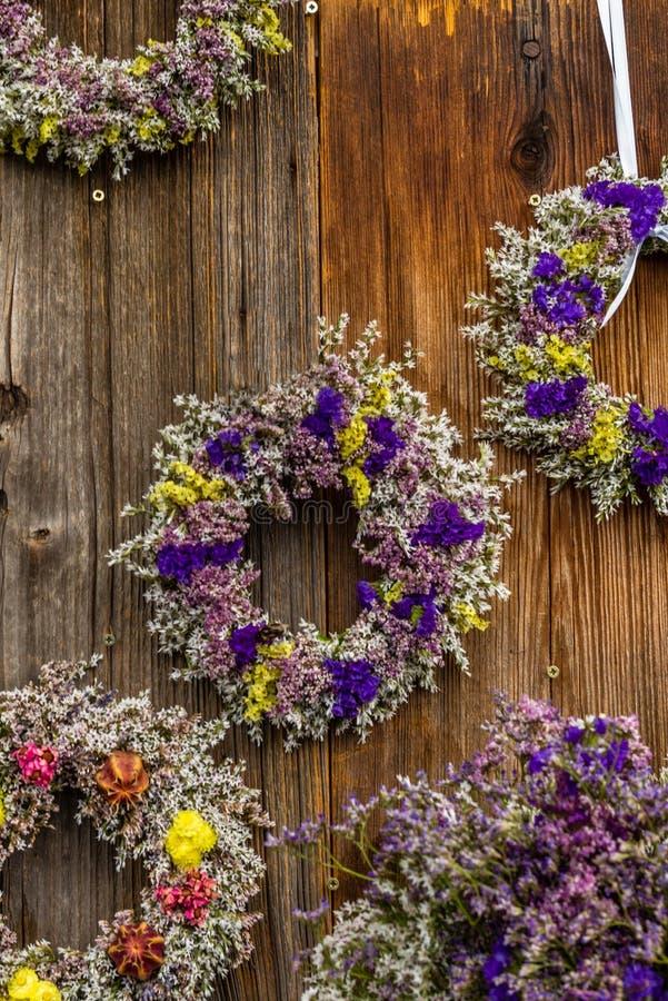 Perfumowy wysuszony kwiatu wianek przy rolnika ` rynkiem w Niemcy obraz stock