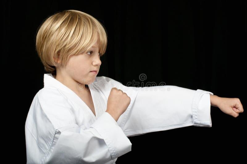 Perfuração do menino do karaté fotografia de stock