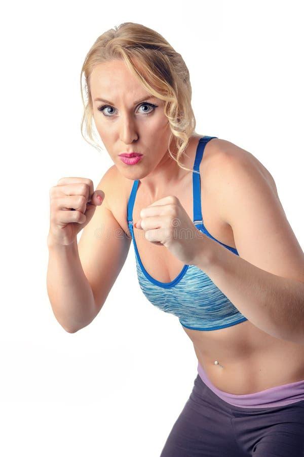 Perfuração saudável forte da mulher da aptidão Encaixotamento, arte marcial, autodefesa fotografia de stock