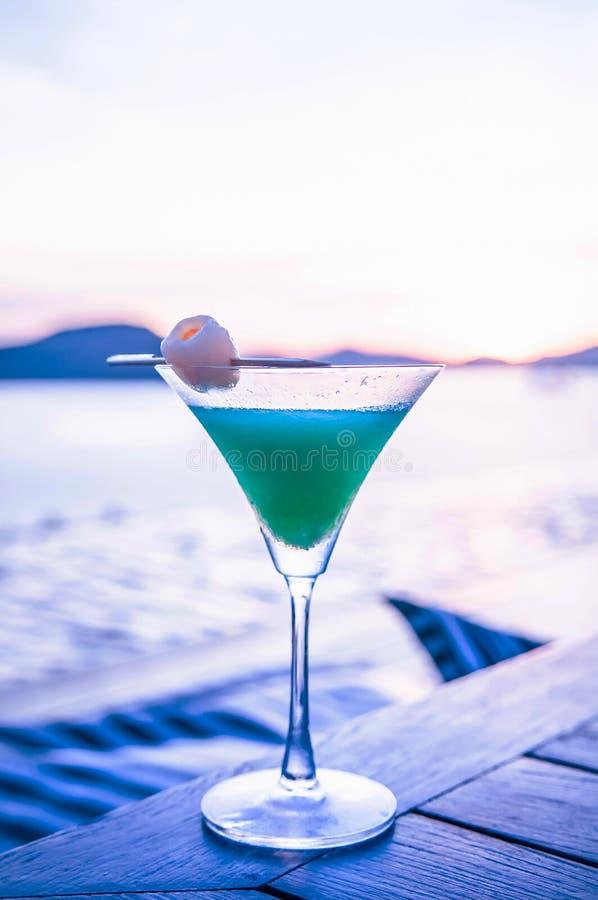 Perfurador azul de refrescamento do cocktail de Havaí do lichi com parte de lyche imagens de stock royalty free