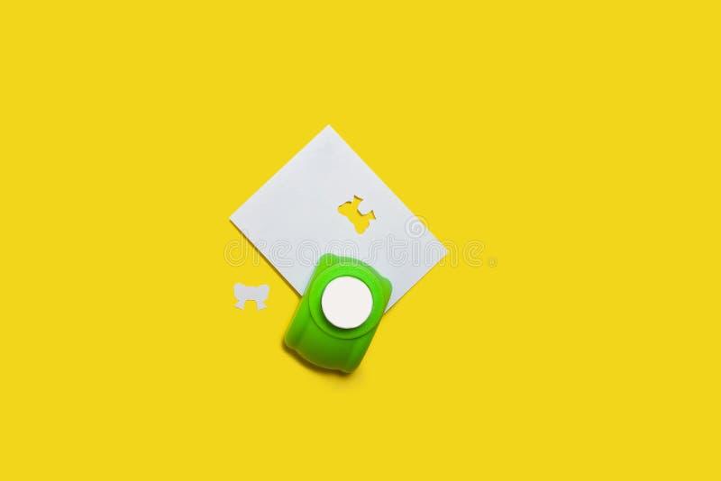 Perfurador de furo verde com um papel imagens de stock royalty free