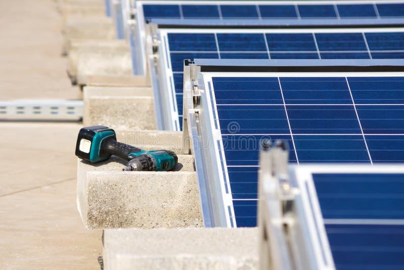 Perfurador pela construção do telhado liso de painel solar fotos de stock