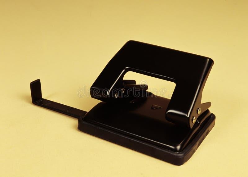 Perfurador preto dos artigos de papelaria e dos materiais de escritório fotografia de stock royalty free