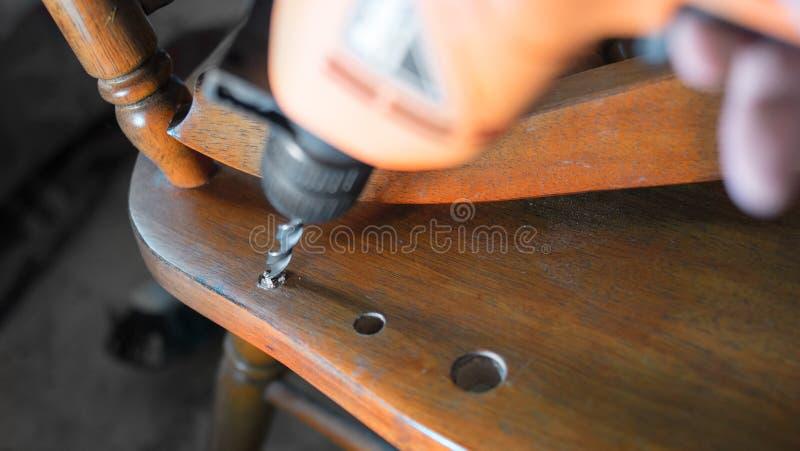 perfurar Reparação da cadeira velha Foco seletivo na broca, dof raso imagens de stock royalty free