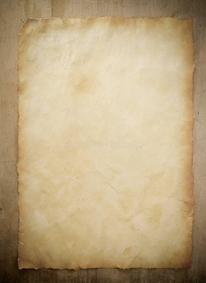 Pergamena di carta su legno fotografia stock