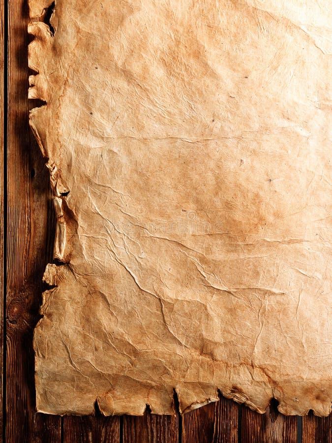 Pergaminho antigo na madeira imagens de stock