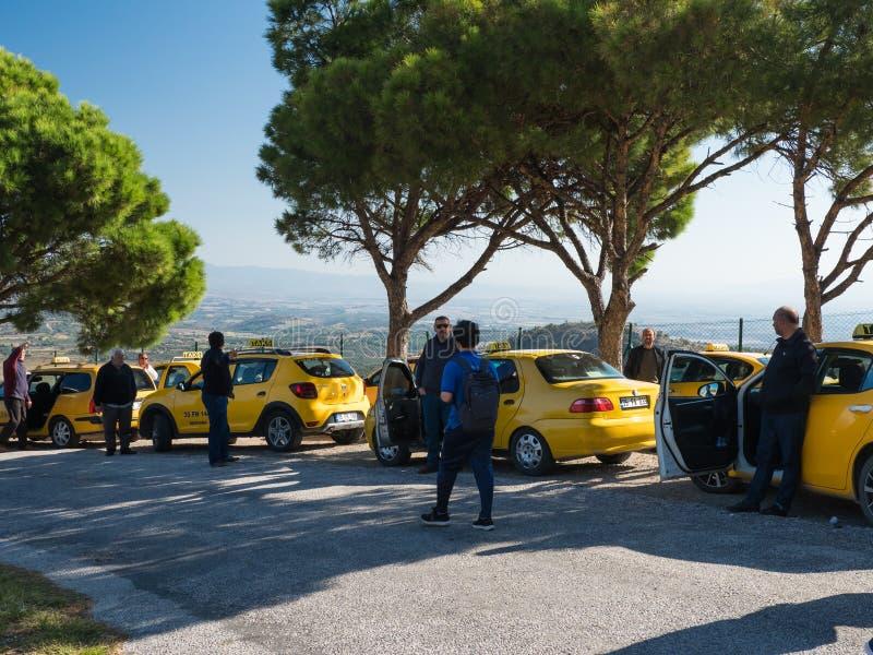 Pergamum taxi czekać na ich pasażerów odwiedza antycznego akropolu teren turystów lub który obraz royalty free