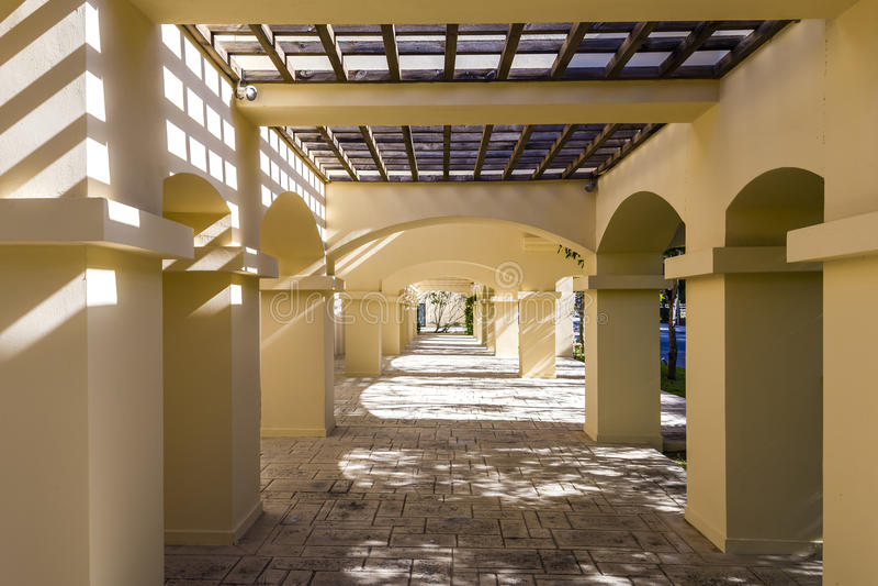 Pergola de couloir de colonne dans l'hôtel photo libre de droits