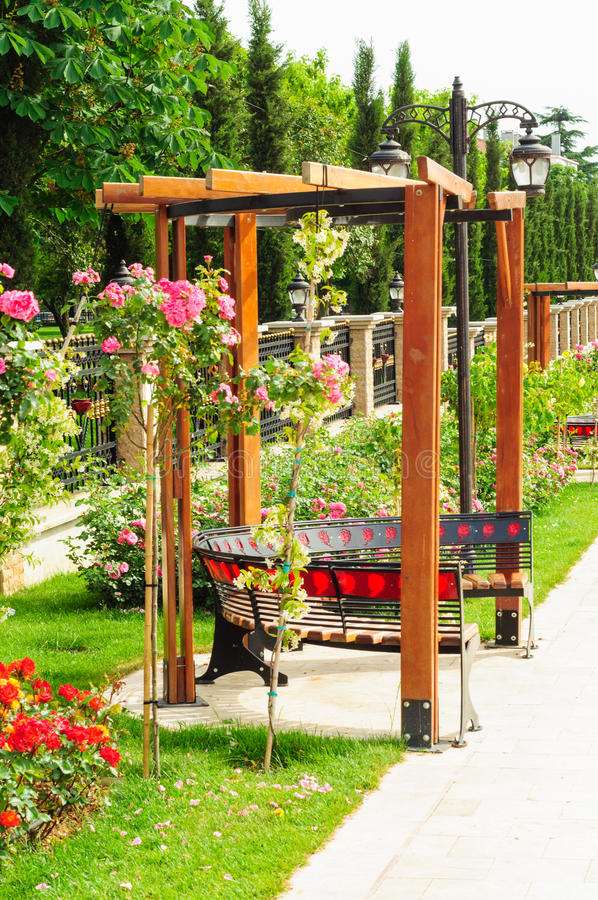 Pergola-Garten von Rosen lizenzfreie stockbilder