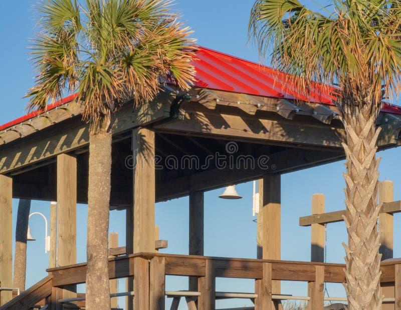 Pergola längs strandpromenaden på Carolina Beach royaltyfria bilder