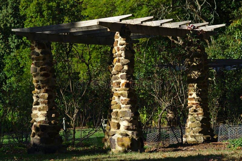 Pergola met pijlers uit steen worden gemaakt die royalty-vrije stock foto's
