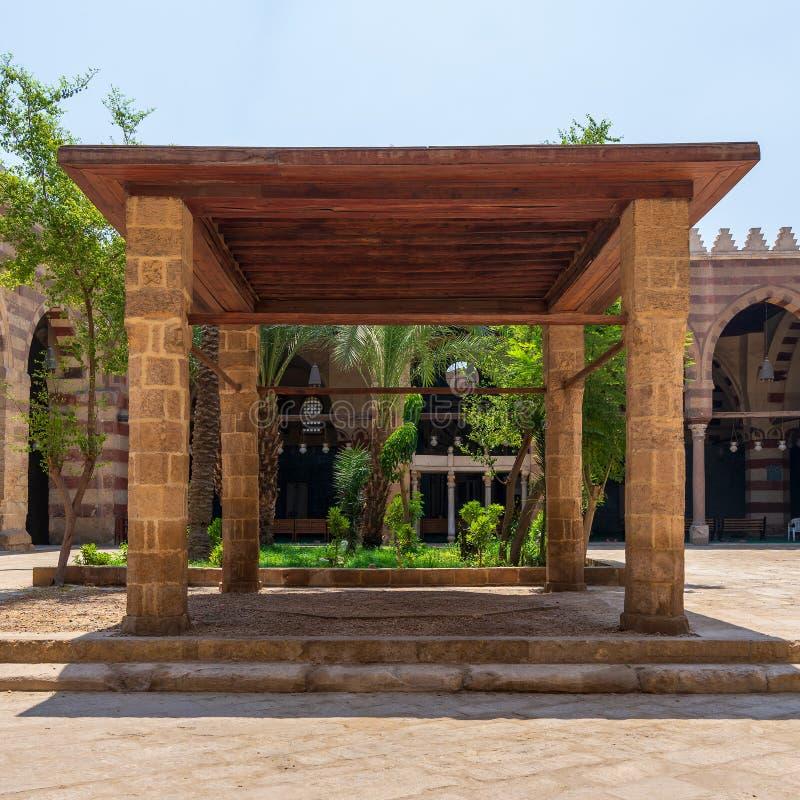 Pergola mit vier Spalten und hölzerne Decke am Hof der allgemeinen Moschee in Kairo, Ägypten lizenzfreies stockfoto