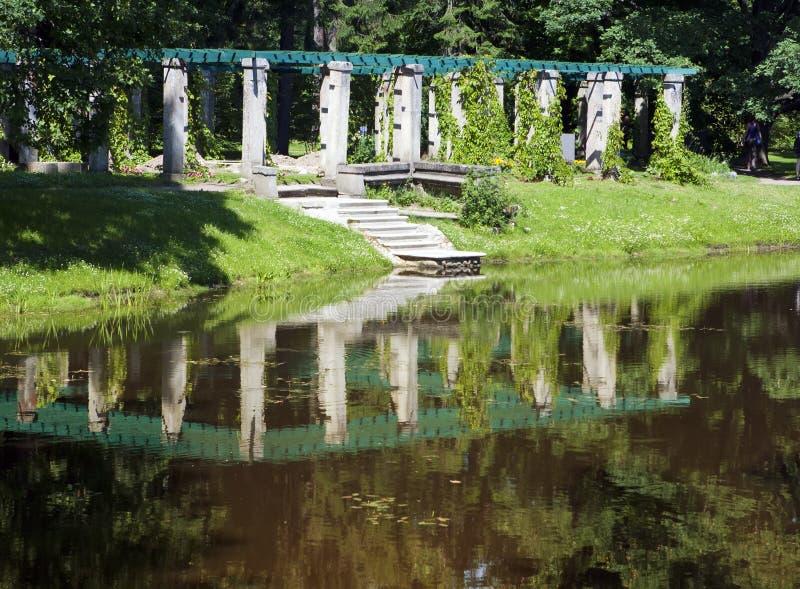 Pergola tvinnade gräsplaner Oranienbaum Lomonosov Ryssland arkivbild