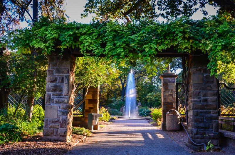 Pergola und Brunnen - botanischer Garten Fort Worths - Fort Worth, Texas lizenzfreie stockfotos
