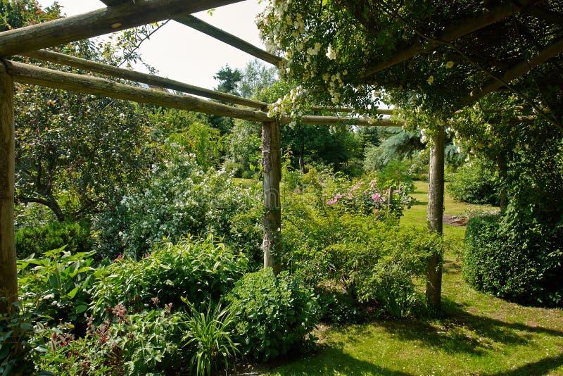 Pergolagazebo in een mooie tuin stock foto's