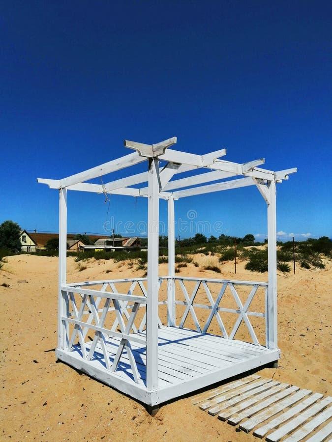 Pergolan för vilar på sanden fotografering för bildbyråer