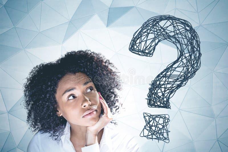 Pergunta grande da mulher afro-americano pensativa imagens de stock