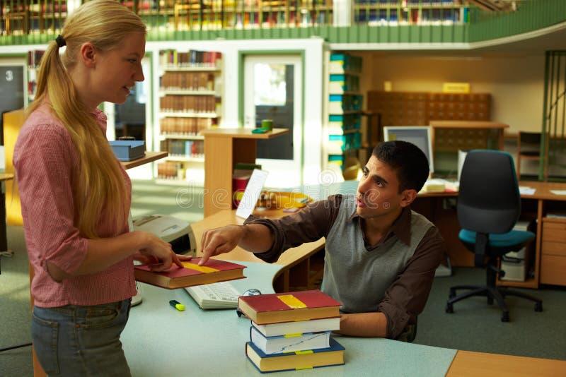 Perguntar a um bibliotecário imagem de stock