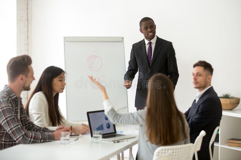 Perguntas de resposta do treinador afro-americano do negócio em incorporado foto de stock