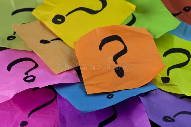 Perguntas ou conceito da tomada de decisão foto de stock