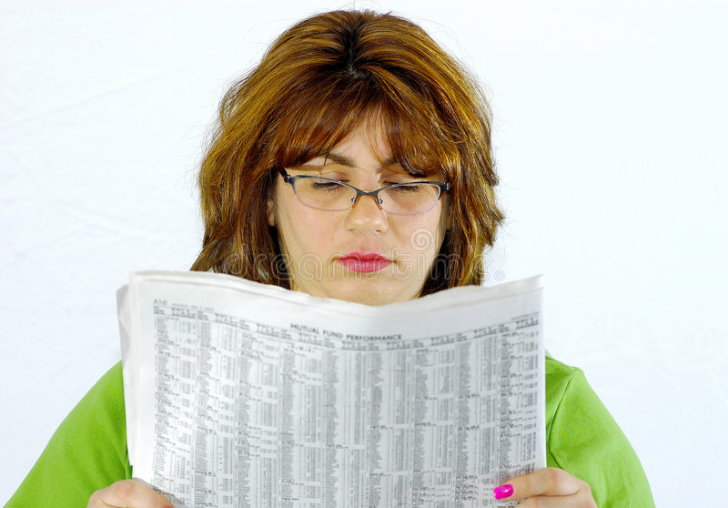 Periódico de la lectura de la mujer foto de archivo libre de regalías