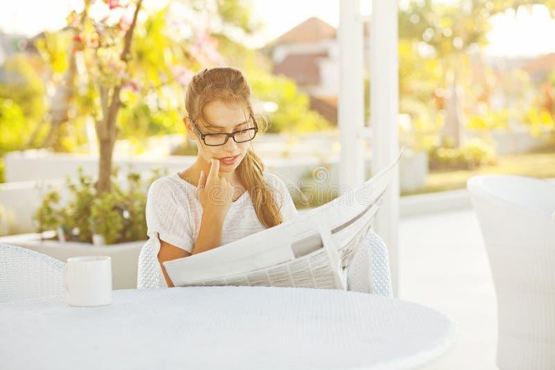 Periódico de la lectura de la mujer fotografía de archivo