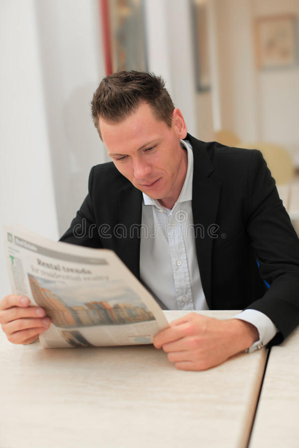Periódico de la lectura del hombre de negocios fotos de archivo