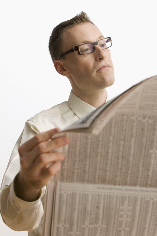 Periódico de la lectura del hombre de negocios - aislado foto de archivo libre de regalías