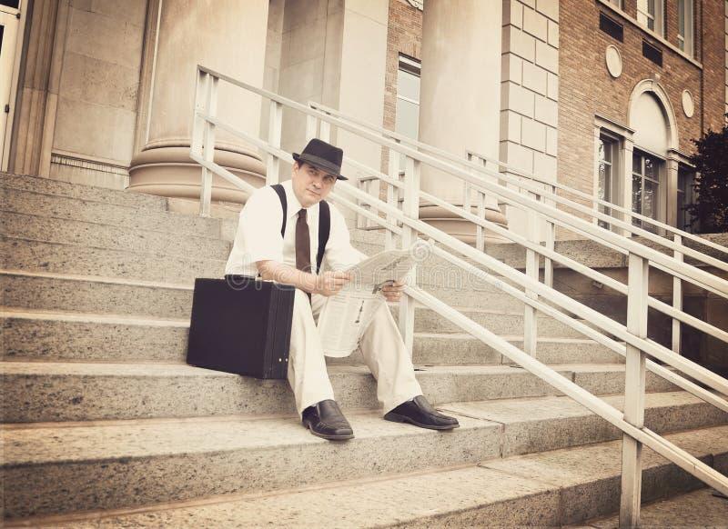 Periódico de la lectura del hombre de negocios del vintage en la oficina imagen de archivo libre de regalías