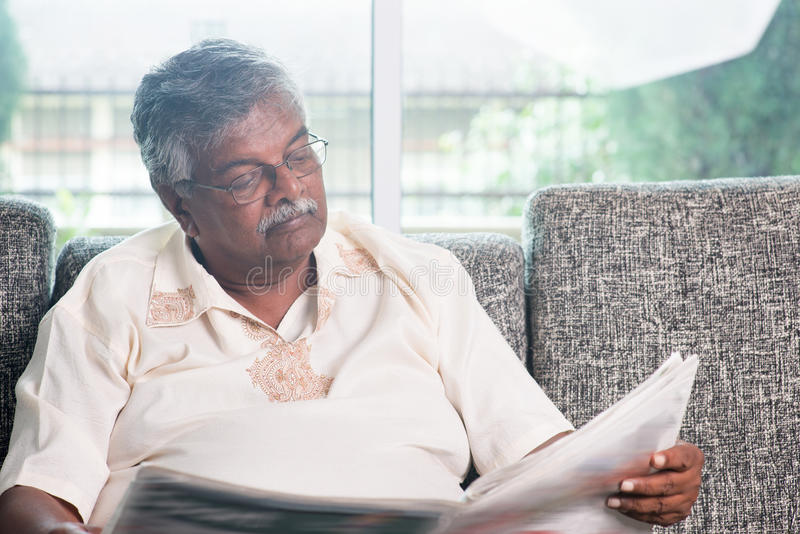 Periódico de la lectura del viejo hombre imagen de archivo