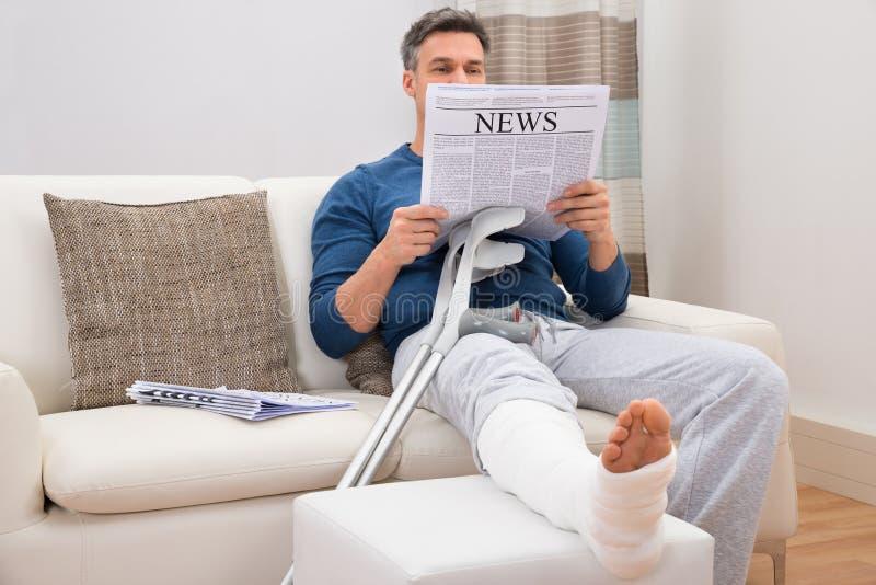 Periódico discapacitado de la lectura del hombre fotografía de archivo