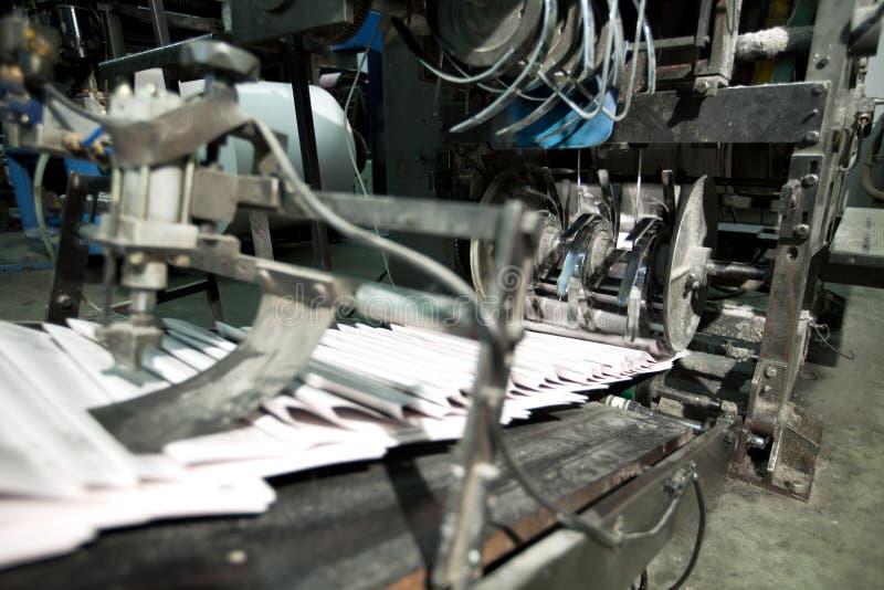 Periódico listo en cadena de producción imagen de archivo