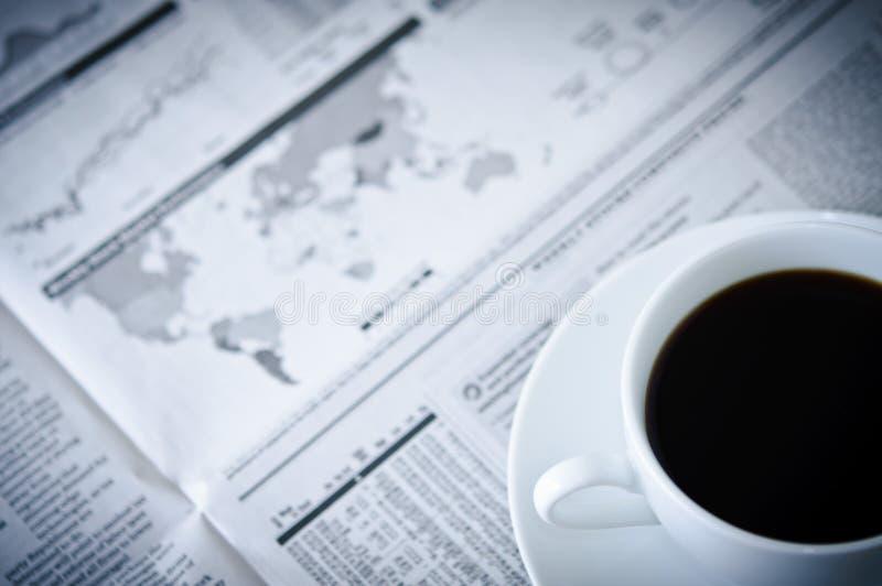 Periódico y café de asunto imagen de archivo libre de regalías