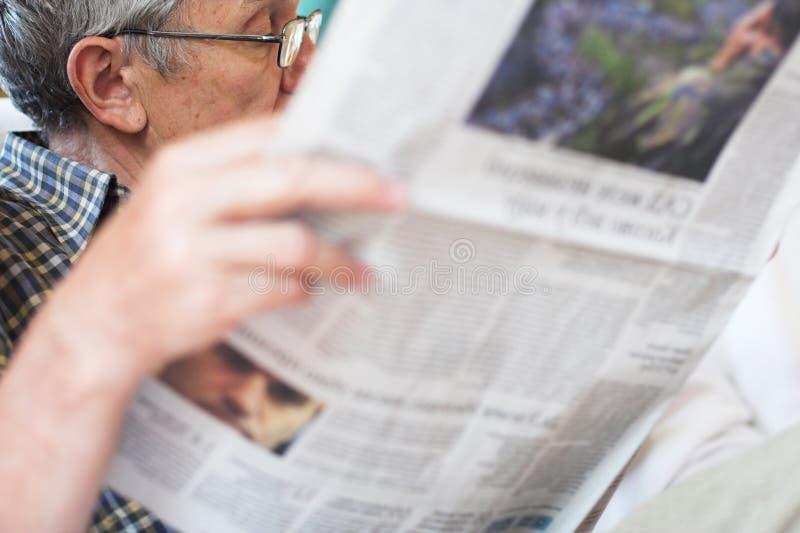Periódicos de la lectura imágenes de archivo libres de regalías