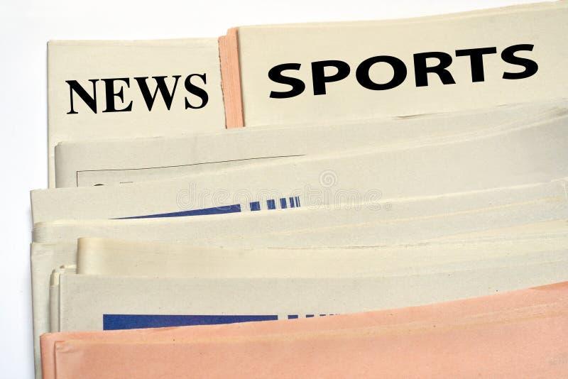 Periódicos empilados de los deportes fotografía de archivo