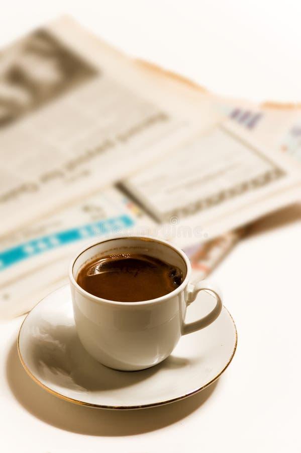 Periódicos y coffe foto de archivo
