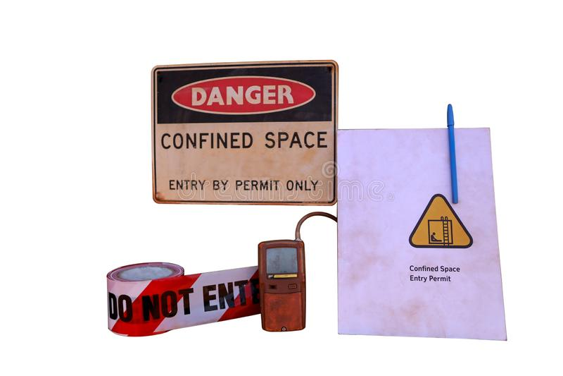 Perigo de espaço confinado através de apenas um sinal de aviso de permissão, barricar a fita de perigo com fundo branco imagem de stock
