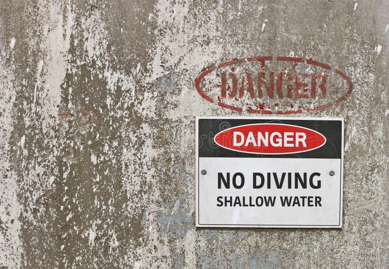 Perigo, nenhum mergulho, sinal de aviso da água pouco profunda imagem de stock